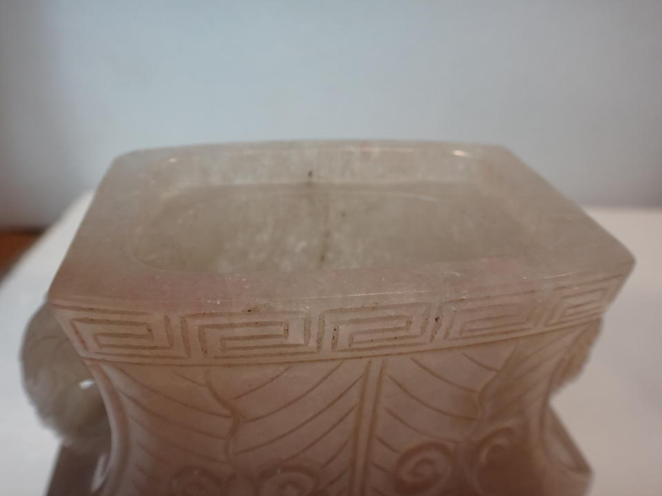 A ROSE QUARTZ ARCHAISTIC VASE AND COVER Late Qing dynasty (2)
