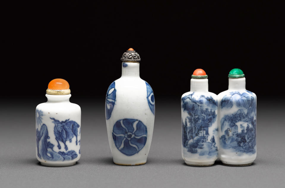 Three blue and white porcelain snuff bottles 19th century (3)