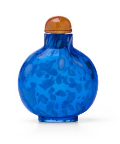 A WHITE-MOTTLED TRANSPARENT BLUE GLASS SNUFF BOTTLE 1730-1860