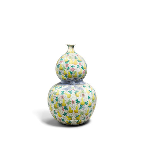 A famille rose enameled double gourd vase  Qianlong mark, 19th century