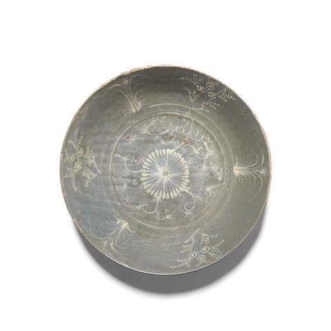 A Zhangzhou ware charger with 'Aster' pattern 1590-1610