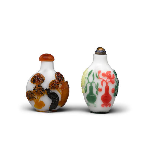 Two overlay decorated glass snuff bottles Late 19th/20th century (2)