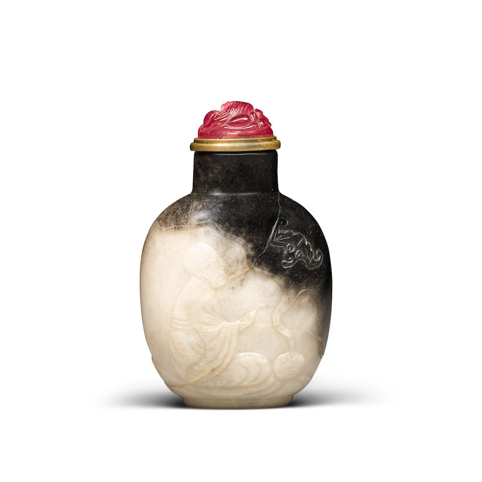 A Black and white jade snuff bottle