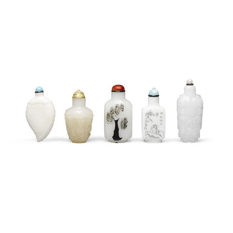 Five white glass snuff bottles 19th to 20th century (5)