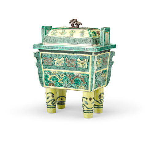 A famille verte archaistic lidded incense burner Xuande mark, late Qing/Republic period (2)