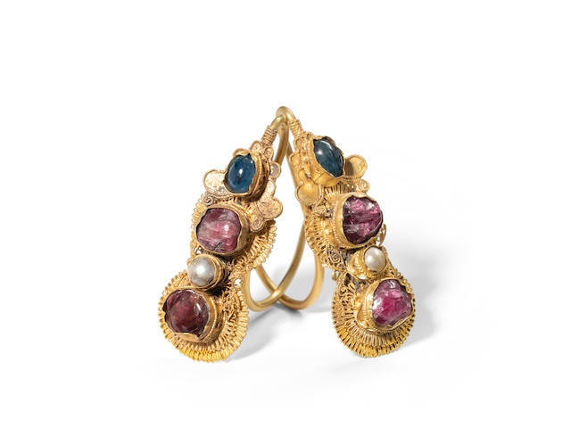 A pair of gemstone-inlaid gold earrings, erhuan  Late Ming/early Qing dynasty (2)