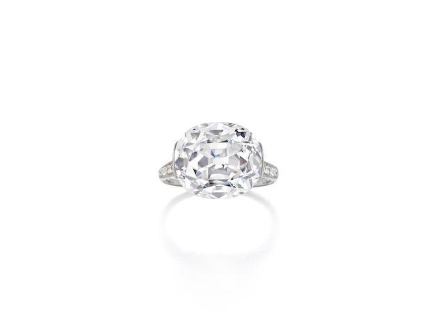 AN EXQUISITE DIAMOND RING, CIRCA 1910